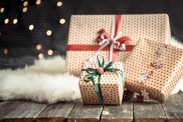 Weihnachtsgeschenke über lichter auf dunklem hintergrund. bunte bänder. frohe feiertagsdekorationen. Kostenlose Fotos