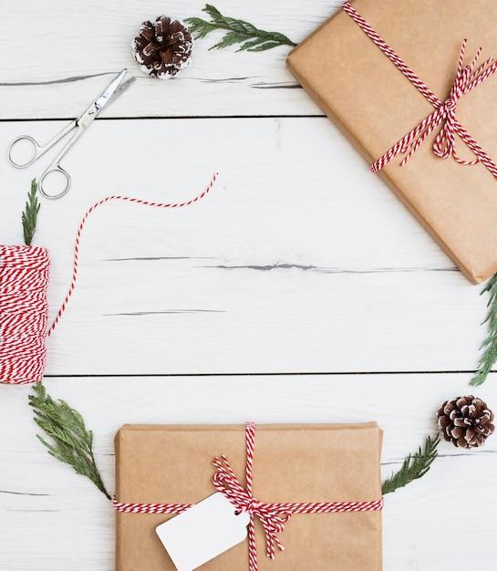 Weihnachtsgeschenke und dekorationen in der rahmenzusammensetzung Kostenlose Fotos