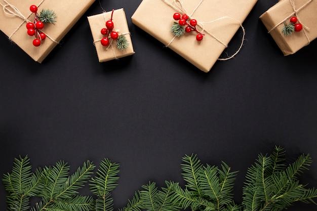 Weihnachtsgeschenke und kieferzweige mit exemplarplatz Kostenlose Fotos