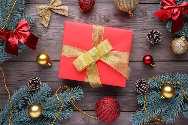 Weihnachtsgeschenkgeschenke mit dekorationen auf einem grauen hintergrund Premium Fotos