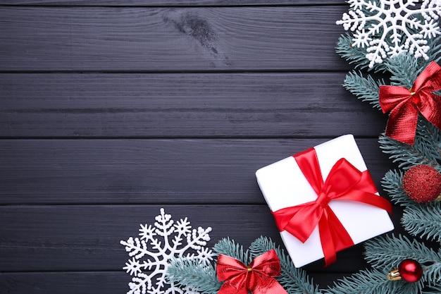 Weihnachtsgeschenkgeschenke mit dekorationen auf einem schwarzen hintergrund Premium Fotos