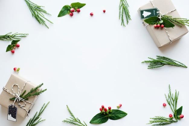 Weihnachtsgeschenkkästen auf weißem hintergrund mit designraum Premium Fotos