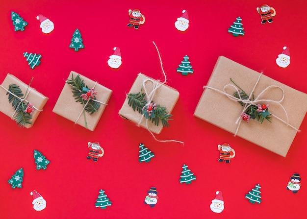 Weihnachtsgeschenkkästen mit kleinen spielwaren Kostenlose Fotos
