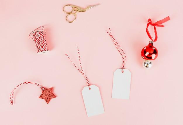 Weihnachtsgeschenkmarken und eine kugel Kostenlose Fotos