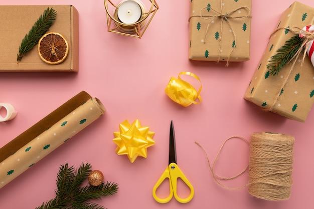 Weihnachtsgeschenkverpackungsprozess. Premium Fotos