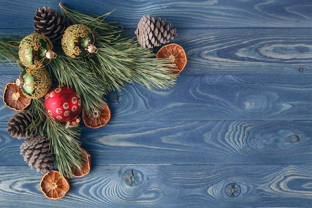 Weihnachtsgeschichte. der rahmen der bäume. themen weihnachtsschmuck, tannenzapfen, schnee und festliche stimmung Premium Fotos