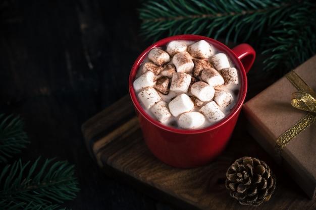 Weihnachtsgetränk, heiße schokolade oder kakao, marshmallow und tannenzweig Premium Fotos