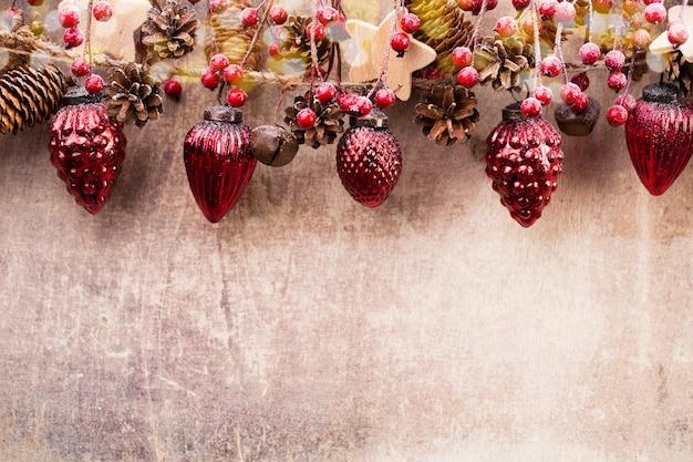 Weihnachtsgirlande mit roter kugel und grauem hintergrund. Premium Fotos