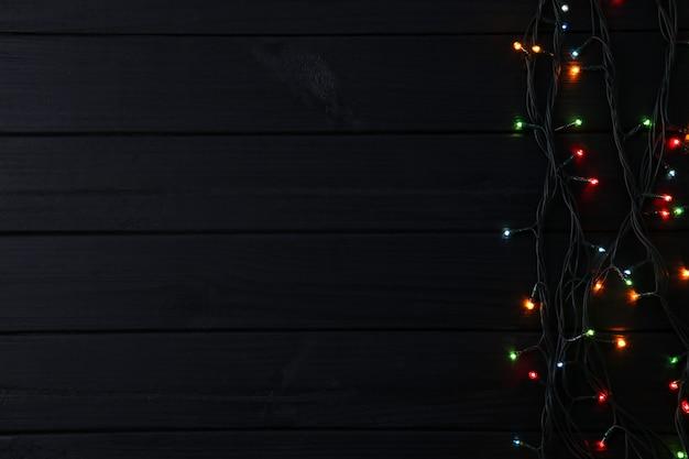 Weihnachtsgirlandenlichter auf schwarzem hintergrund, kopienraum Premium Fotos