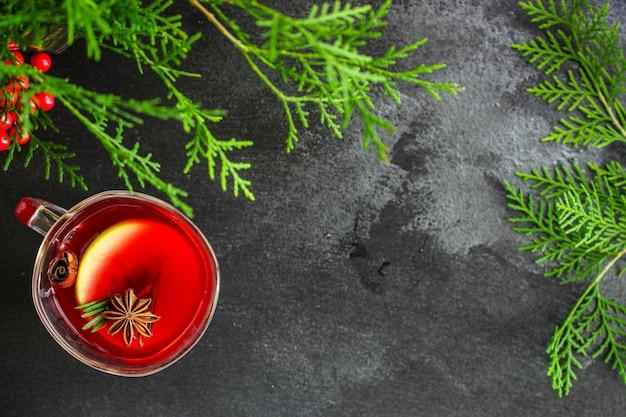 Weihnachtsglühwein auf einem holztisch Premium Fotos