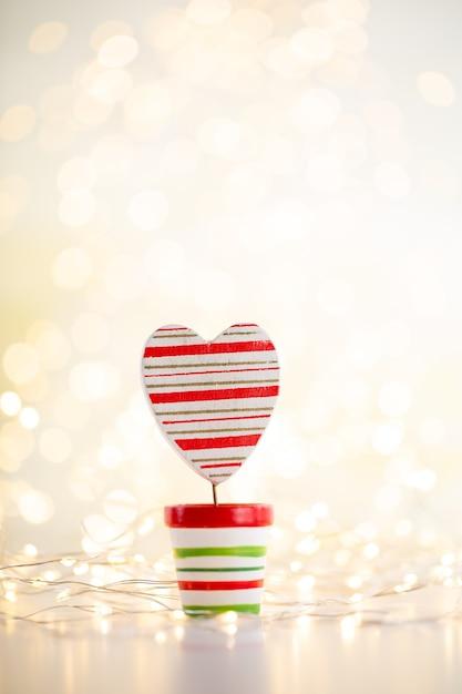 Weihnachtsgoldbokehhintergrund mit dekorativem stern. weihnachtsgoldsterne. weihnachtsmuster. hintergrund auf der grauen farbe. - bild Premium Fotos
