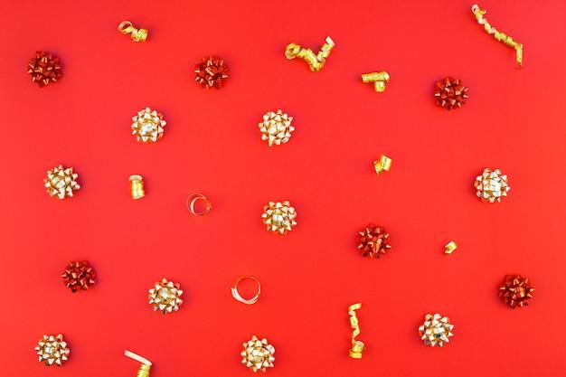 Weihnachtsgoldenes muster auf rotem hintergrund Premium Fotos