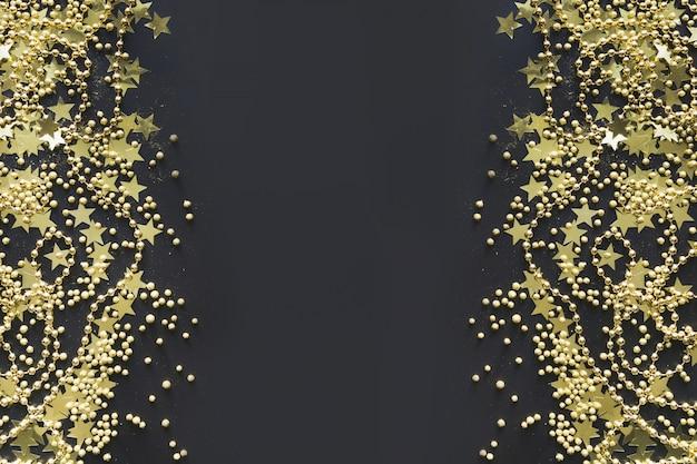 Weihnachtsgrenze mit goldener dekoration auf schwarzer ebenenlage ansicht von oben genannter weihnachtsfahne. Premium Fotos