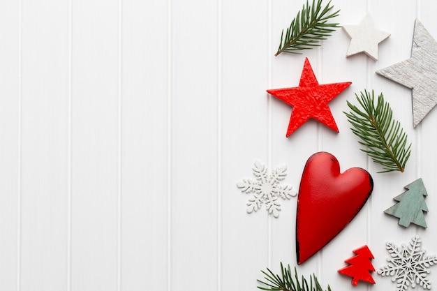 Weihnachtsgrußkarte mit rustikalen weihnachtsdekorationen. Premium Fotos