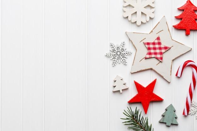 Weihnachtsgrußkarte mit rustikalen weihnachtsdekorationen Premium Fotos