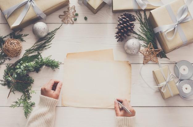 Weihnachtsgrußkarte unterschreiben Premium Fotos