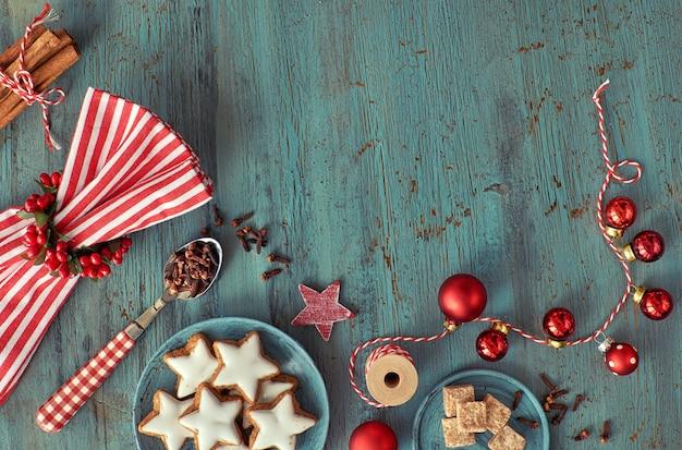 Weihnachtshintergrund in rot und weiß auf rustikalem türkisholz Premium Fotos