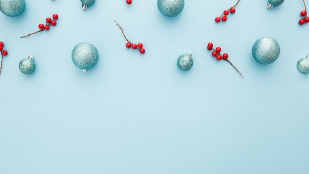 Weihnachtshintergrund mit blauen kugeln und mistel Kostenlose Fotos