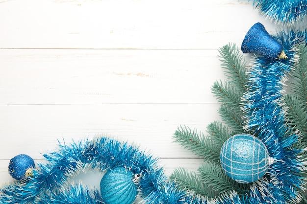 Weihnachtshintergrund mit blauen verzierungen auf weißem hölzernem hintergrund. draufsicht. Premium Fotos