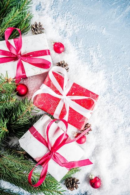 Weihnachtshintergrund mit geschenken Premium Fotos