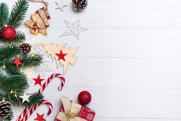 Weihnachtshintergrund mit süßigkeit und spielwaren Premium Fotos