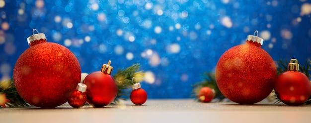 Weihnachtshintergrund mit weihnachtsbällen, -geschenken und -dekoration Premium Fotos