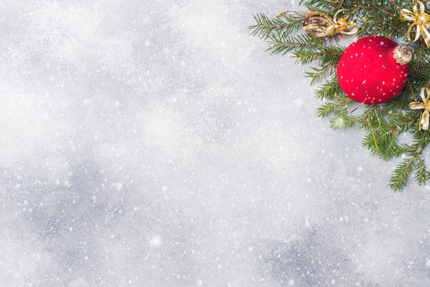 Weihnachtshintergrund, -spielwaren und -niederlassungstanne auf grau Premium Fotos