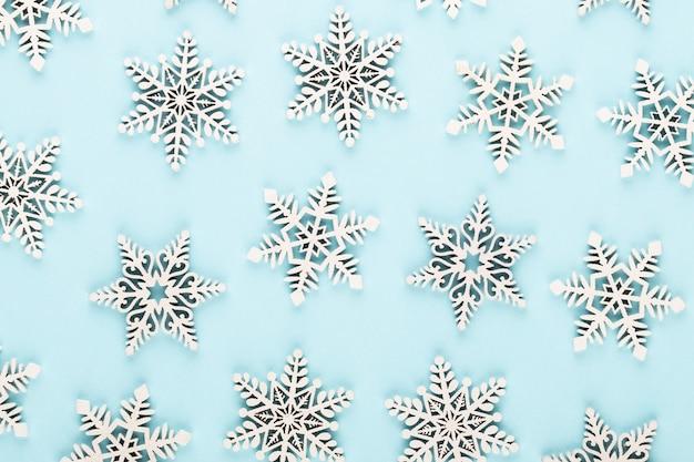 Weihnachtshintergrund. weiße schneedekorationen auf einem rosa hintergrund. Premium Fotos