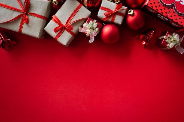 Weihnachtshintergrundkonzept auf rotem hintergrund. Premium Fotos