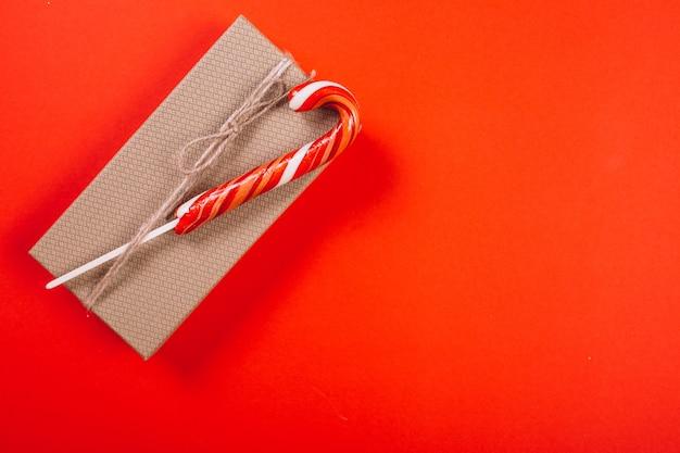 Weihnachtshintergrundplan auf rotem hintergrund Kostenlose Fotos