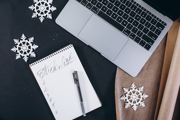 Weihnachtshintergrundplan auf schwarzem hintergrund Kostenlose Fotos
