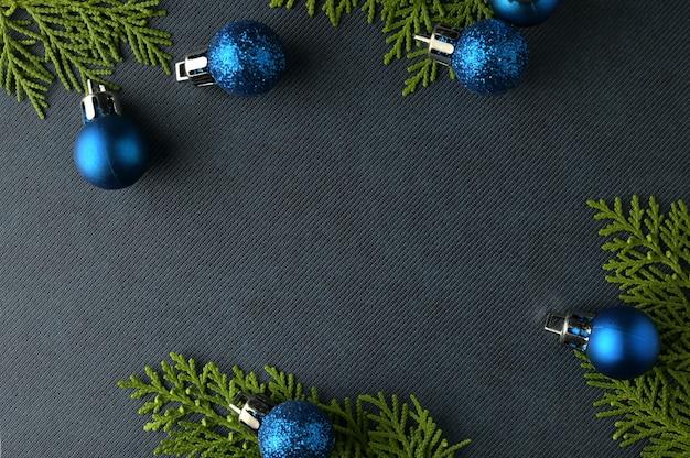 Weihnachtshintergrundschablone mit rahmen von tannenzweigen. flache lage, draufsicht Premium Fotos