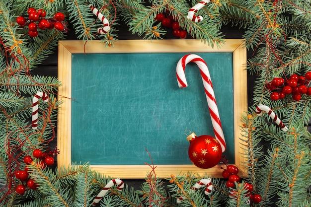 Weihnachtshölzerner hintergrund mit copyspace und weihnachtsdekoration Premium Fotos