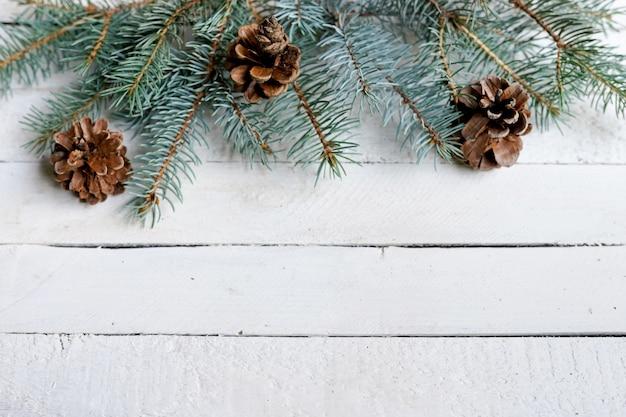 Weihnachtshölzerner hintergrund mit tannenzweigen, kopienraum Premium Fotos
