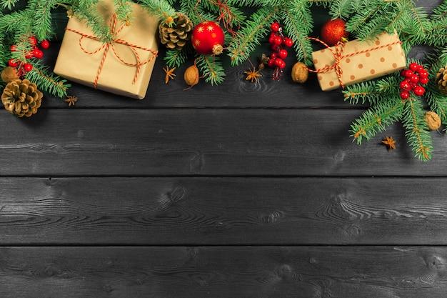 Weihnachtshölzerner hintergrund mit weihnachtsdekoration Premium Fotos
