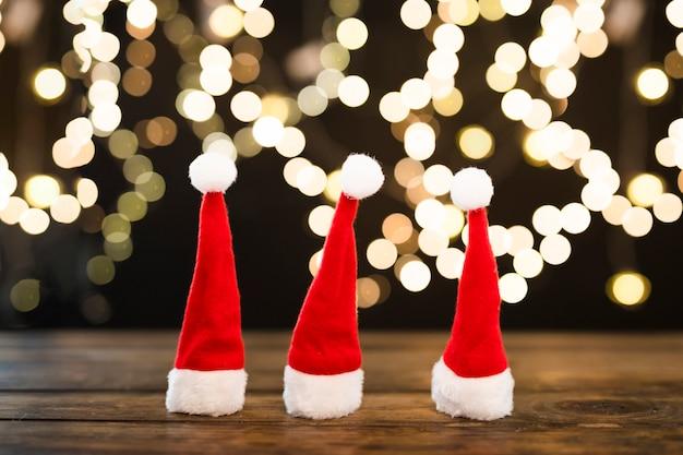 Weihnachtshüte nahe abstrakten lichtern Kostenlose Fotos