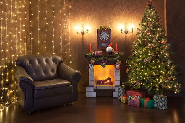 Weihnachtsinnenraum des hauses am abend. Premium Fotos