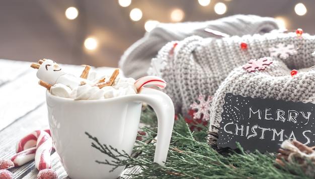 Weihnachtskakaokonzept mit marshmallows auf einem hölzernen hintergrund in einer gemütlichen festlichen atmosphäre Kostenlose Fotos