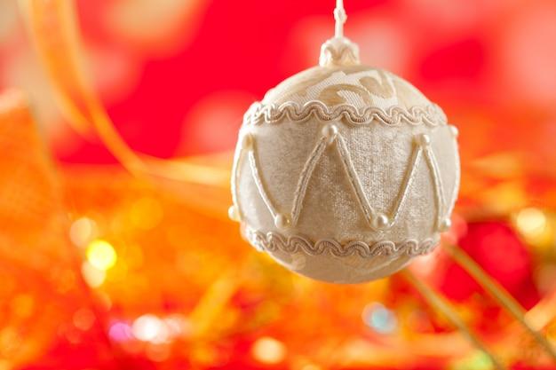 Weihnachtskarte des weißen samtflitters auf rot Premium Fotos