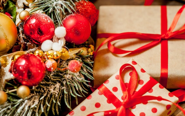 Weihnachtskarte mit geschenkbox und spielzeug auf einem holzhintergrund. Premium Fotos