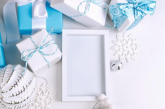 Weihnachtskarte mit schönen blauen und weißen dekorationen Premium Fotos