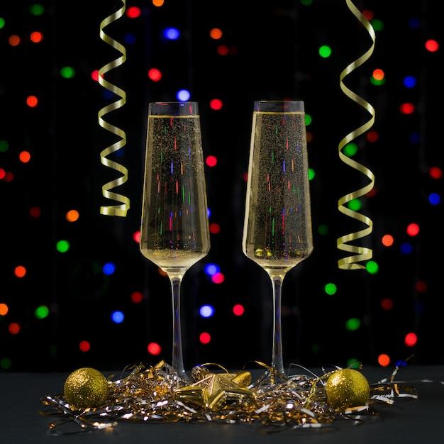 Weihnachtskarte mit zwei gläsern sekt. frohes neues jahr Premium Fotos