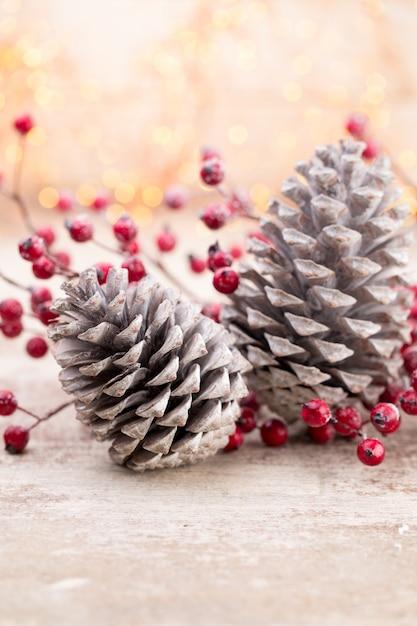 Weihnachtskegel mit roten beeren auf einem bokehhintergrund Premium Fotos