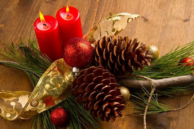 Weihnachtskerze mit tannenzapfen Premium Fotos