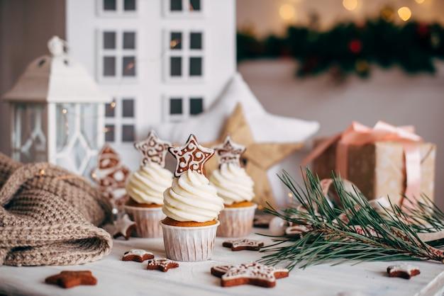 Weihnachtsköstliche kleine kuchen verziert mit einem lebkuchenstern. Premium Fotos