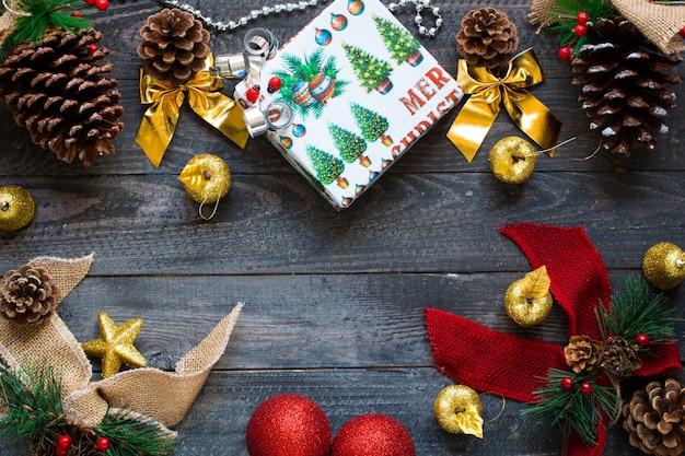 Weihnachtskollektion, über holzoberfläche Premium Fotos