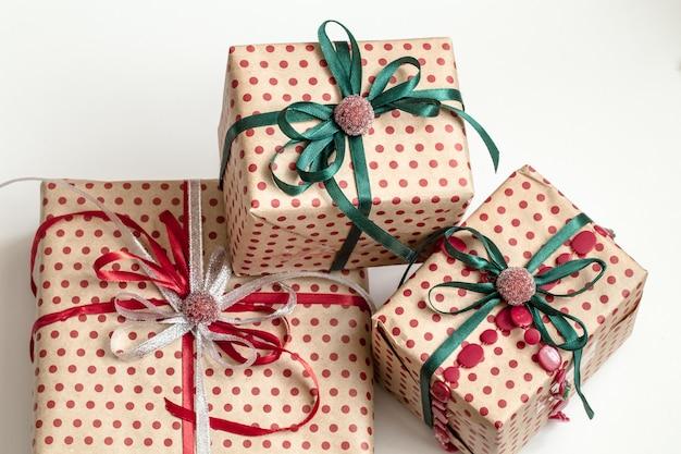 Weihnachtskomposition aus verschiedenen geschenkboxen, die in bastelpapier eingewickelt und mit satinbändern verziert sind. draufsicht, flach liegen. Kostenlose Fotos