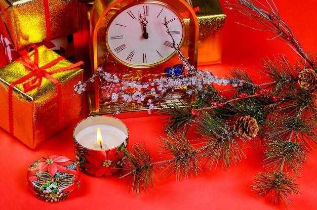 Weihnachtskomposition geschenkboxen und kerzenlicht. roter hintergrund der weihnachts- und neujahrsfeiertage Premium Fotos