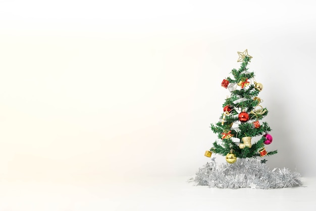 Weihnachtskomposition mit dekorationen und geschenkbox mit schleifen auf weiß Premium Fotos