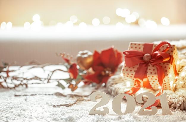 Weihnachtskomposition mit hölzernen neujahrszahlen und dekordetails auf unscharfem hintergrund. Premium Fotos